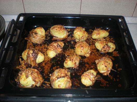 Картошка в беконе с соусом рецепт в духовке